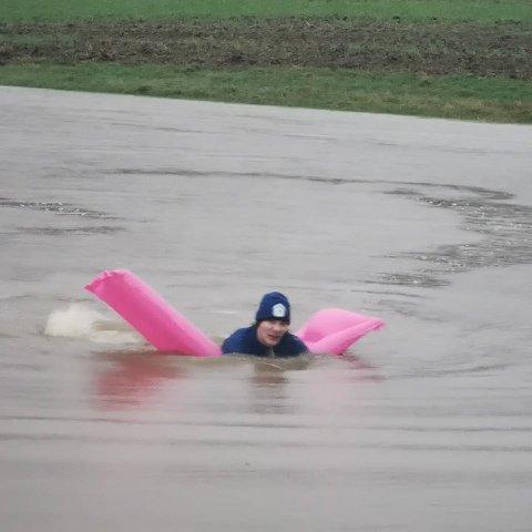 Forfriskende dukkert: Det er ikke hver dag at man kan ta seg en svømmetur på sitt eget jorde, men det kunne Erik Johannes Solberg Bjørnstad (17) gjøre i helgen.