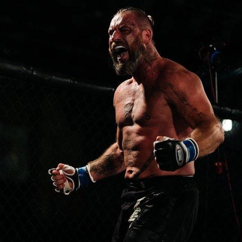 AVSLUTTER KARRIEREN: I en alder av 41 bestemte Kim Valhalla Johansen seg for å bli proff innen en av verdens tøffeste kampsporter, nemlig MMA. Nå går karrieren mot slutten, og i desember avslutter han karrieren med intet mindre enn sin aller første boksekamp.