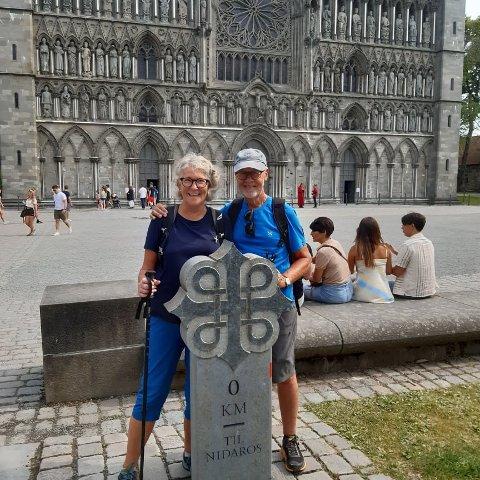 Gått 82 mil: Grethe Torstensen og mannen Carsten Andersen har gått fra Elgåfoss til Trondheim. Her er de fremme ved destinasjonsmålet, Nidarosdomen. Alle foto: privat.
