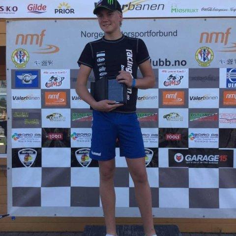 Vant: Jens William Rustad (15) sørget for at den gjeveste premien ble med hjem til Rakkestad da han nylig vant norgescupen i Junior Sport 300. På Facebook- og Instagramkontoen «j.w.rustad_racing6» legger han ut bilder og informasjon fra både trening og løp.