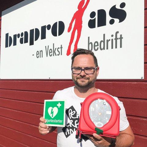 Vi er opptatt av å redde liv. Selv om vi ved Bra-Pro primært har ansaffet oss en hjertestarter for våre ansate, er den tilgjengelig for alle i bygda med behov, sier daglig leder Andreas Aasvik.