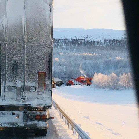 Veien var stengt i to timer før bilene ble sluppet forbi, men ennå er ikke bilbergingen ferdig.