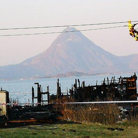 Det sto ikke mye igjen av hytta på Dønna etter at den ble totalskadd av brann.