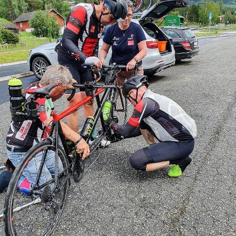 Bjørn-Einar Nesengmo og Frode Thomassen blir frustrerte av at de hele tiden må stoppe opp for å mekke sykkel i veikanten, men de har ikke gitt opp rekordjakten.