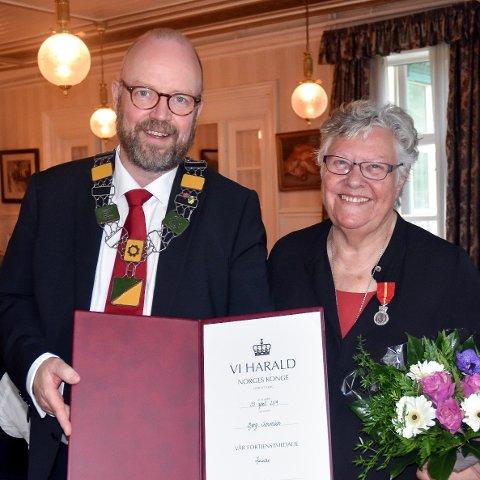 Geir Waage delte ut Kongens Fortjenstmedalje til Bjørg Simonsen (82): - Detb er stort å motta denne hederen, sier hun.