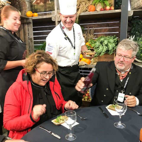 Som Dyrsku-kokk var Svein Jæger Hansen ansvarlig for middagen til landbruks- og matminister Olaug Bollestad, da hun besøkte mat- og landbruksmessa i Seljord. Her nyter hun maten sammen med ordfører Halvdan Haugen.