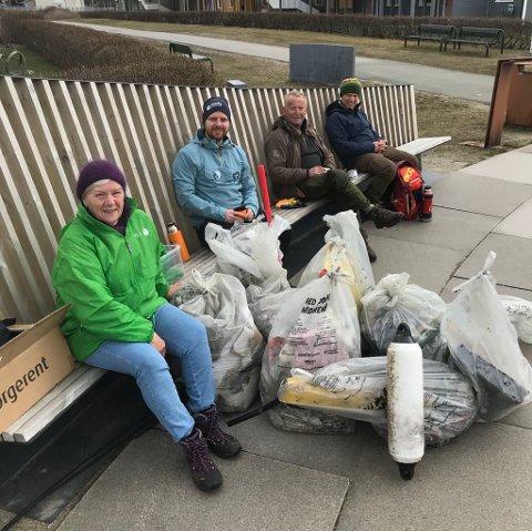 Mary-Ann Dahl, Mats Hansen, Erling Solvang og Jan Inge Rødahl med noe av søppelet som ble plukket opp lørdag.
