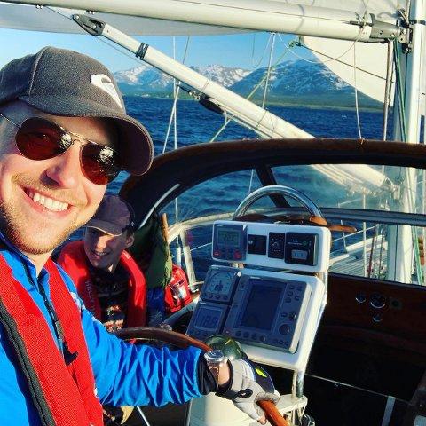 Mats Simon Pettersen (29) bor på seilbåt under hans studieopphold i Tromsø. Her seiler han med sin bror langs kysten.