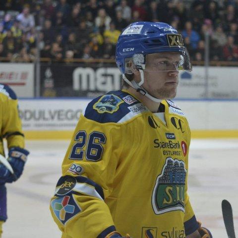 På lag med de beste: Håkon Engh er brumunddølen som tross sin unge alder spiller hockey sammen med landets beste.Foto: Petter Sand