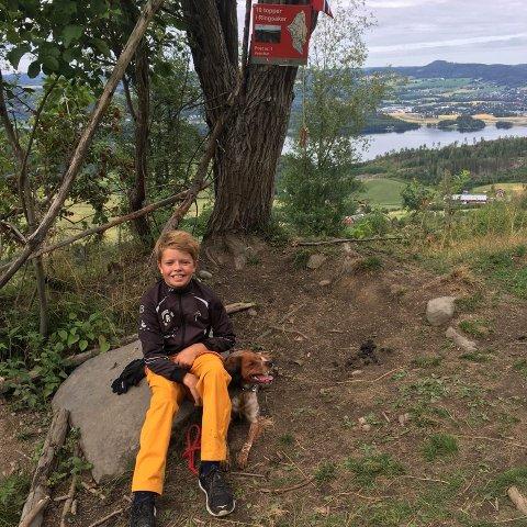 SPREK UNGGUTT: Embret Røhnebæk fra Gaupen har denne uka gjennomført alle kommunens ti toppturer på 30 timer, fra tirsdag til onsdag. Her fra turen på Herstadtjernet på Stavsjø.