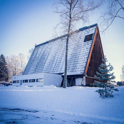 Kirkeklang: Natt til tirsdag startet kirkeklokkene i Brumunddal å spille.