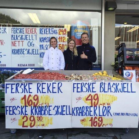 Rema 1000 har flere helger på rad laget et lite torg der de selger rimeligere sjømat enn fiskehandlerne like ved. Mats Lehne (til høyre) er kjøpmann, mens lillesøster Nina Lehne (i midten) er butikksjef. Til venstre er Emma, som er utsendt fra leverandøren Hjønnevåg.