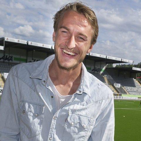 Tor Øyvind Hovda på sommerferie i Hønefoss, her på besøk på Aka arena