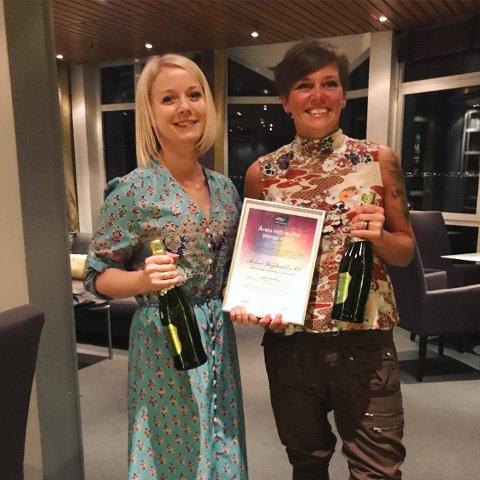 Inger Frøyshov og Trude Iren Bergheim med diplomet som beviser at de er årets Nordsjø Idé og Design-butikk 2017.