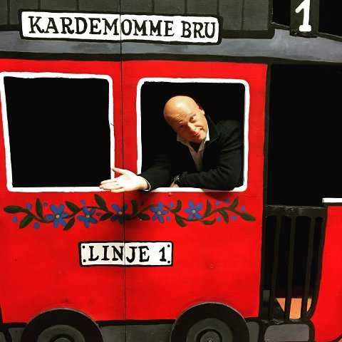 Jonas Rønning har inntatt linje 1 i Kardemommeby som politimester Bastian.