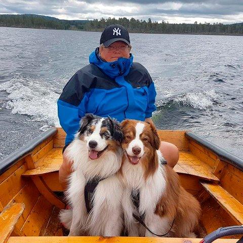 FEMUNDEN: Hundene er alltid med. Også på båttur på Femunden.