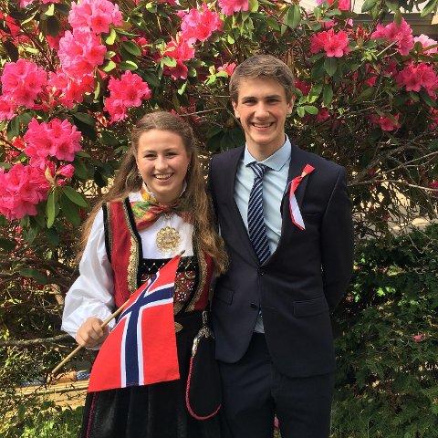 Her feirer Tuva 17.mai sammen med den andre norske eleven på skolen, Kaspar, fra Bergen.