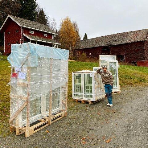 SNART KLART: Mette er fornøyd med at vinduer til stabbur og kårbolig har ankommet. Hun håper å kunne åpne i januar.