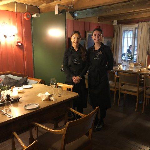 Karin frå Slovakia og Amalie frå Danmark yngste oss velkomen til bords med eit venleg smil.