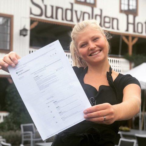 LETTERE: Dina Laeskogen tror det vil bli mye lettere å drive hotell når Ringeriksbanen kommer. Her viser hun fram god omtale til Sundvolden Hotel på nettstedet Tripadvisor