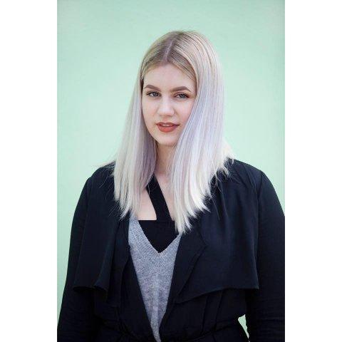 ELSKER SCENELIVET: Arndís Ran går første året ved dramalinjen på Lillestrøm videregående. Hun er også aktiv sanger i Nannestad kulturskole.