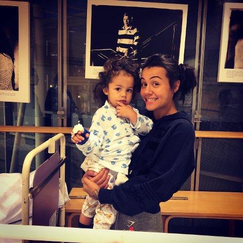 PÅ SYKEHUS: Adelmo (2) og mamma Nicole (23) tilbringer mye tid på sykehus etter at kreften til den lille gutten ble oppdaget i oktober.