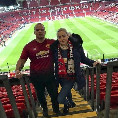 Fan: Tim Iversen (39) fra Skjetten og samboer Lena Marie Nygård Pedersen før en Manchester United-kamp.FOTO: PRIVAT