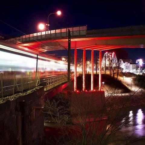 Månedsvinner: For april og ukevinner uke 17. Her har fotografen klart å gjøre en god komposisjon av bildet fra stasjonsområdet i Lillestrøm. Det er kombinasjon av lang lukkertid, linjer, lys og fargersom gjør at dette  ble vinnerbildet. Bra!