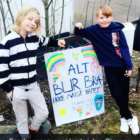 Viktig budskap: Norske barn har nå begynt å tegne regnbuer som symbol på håp. Brødrene Dennis (9) (f.v) og Theodor (8) fra Lørenskog har tegnet regnbuen sammen og plassert den utenfor huset sitt i Ragnhildsvei. Foto Privat