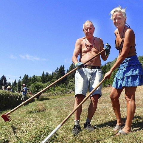 Erfarne: Per Furuholt fra Tofte og Sidsel Christoffersen fra Tjøme har til sammen mer enn 40 års erfaring som medhjelpere under slåttekurset på Ryghsetra i Nedre Eiker.