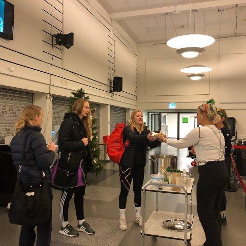 SERVERER FROKOST: Madelene Wårheim Bergfløtt gir ungdommene på Sande videregående skole en god start på dagen.