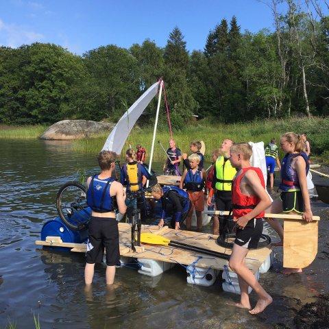 FLÅTEBYGGING: Å lage egen flåte er én av aktivitetene barna skal få prøve seg på. Bildet er tatt på fjorårets camp.