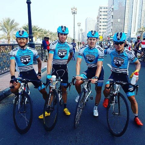 I GANG MED SESONGEN: Ken-Levi Eikeland (nummer to fra høyre) er godt fornøyd med utfallet av sesongåpningen i Dubai. Denne uka er det ritt i Australia som gjelder.