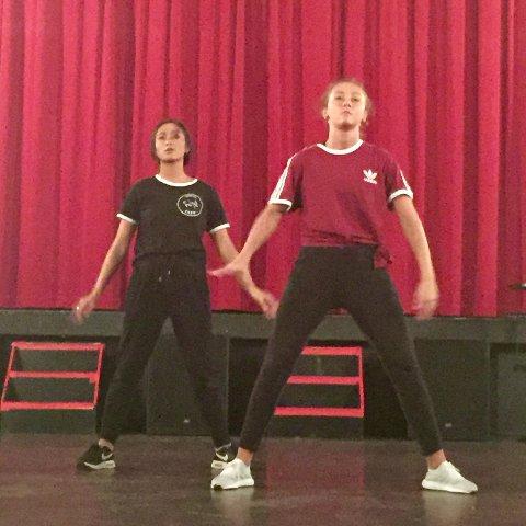 Fra venstre: Linda Tran og Hedda Sanne Melvold viser konsentrert frem dansetrinn.