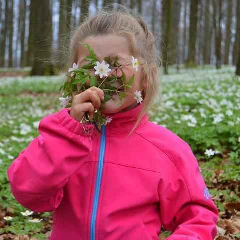 Blomsterpiken: Marthe Nauf Solli er fotografen bak et morsomt blomsterbilde. Marthe er ukes vinner.
