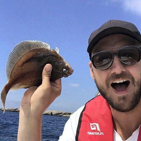 Fiskelykke: EirAld er fotografen som har fått flyndre på stang.
