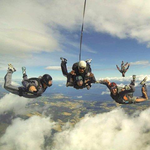 FALLSKJERMER: De siste gangene Erik Moholdt Mathisen har arrangert «Kyllingboogie», har det vært over hundre hoppere fra Tønsberg fallskjermklubb i lufta og flere hundre tilskuerer på bakken.