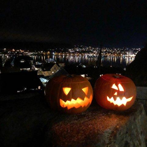 HALLOWEEN: Med høsten så er vi klar for denne tradisjonen. Helle Ormestad har tatt et morsomt og godt bilde av lysende gresskar.