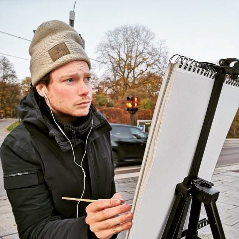 HAR EN DRØM: Ludvik Møller Støldal (28) drømmer om å kunne jobbe på en kunstskole i Sandefjord i framtiden. Enn så lenge er det livet i Oslo som gjelder for sandefjordingen.