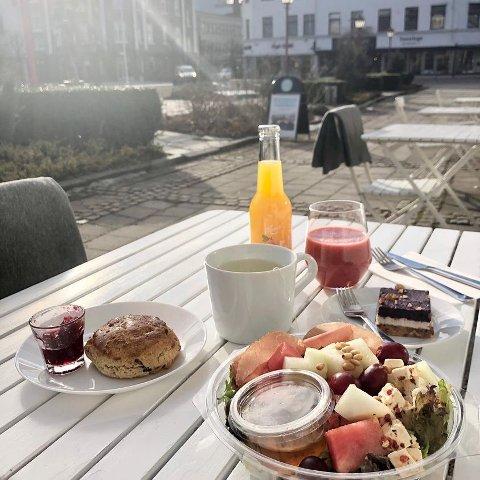 HADDE GLEDET SEG: – Vi så fram til å nyte livet i parken. Det er leit at vi ikke kan ta imot gjester, sier Tone Mette Baann Eftang hor Bare Beppe kafé og litt til i Byparken. FOTO: Bare Beppe