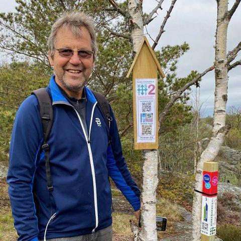 DOBBELT OPP: Olav Reitan viser de to «postene» man kan se etter langs Kirkebakkestien i Preståsen. Her er det både quiz og Stolpejakt.