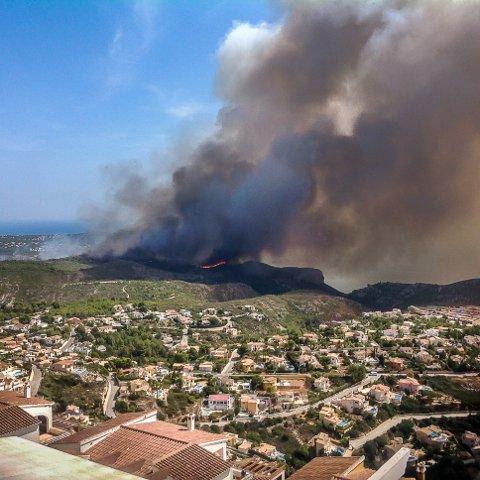 STORBRANN: Flere sarpinger er evakuert, og flere hus skal være tatt av flammene i den store skogbrannen like nord for Alicante i Spania. Dette bildet har sarpingen Tom Thøgersen tatt fra sin egen veranda på Cumbre del Sol.
