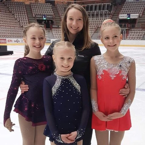 FORNØYDE KUNSTLØPERE: Trener Kasia Dusik (i midten bak) sammen med (fra venstre) Tiril Persen, Mia Kjellmann Simensen og Karina Nøklestad.