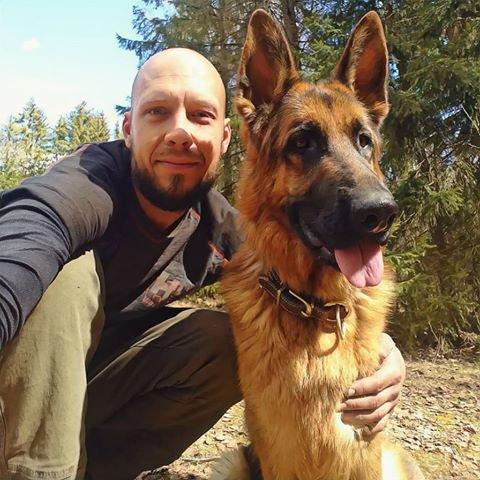 FIKK POST: – Jeg har aldri hørt om at hunder har fått post før, sier Kenneth Søderlind Borge, her med Konja (3).