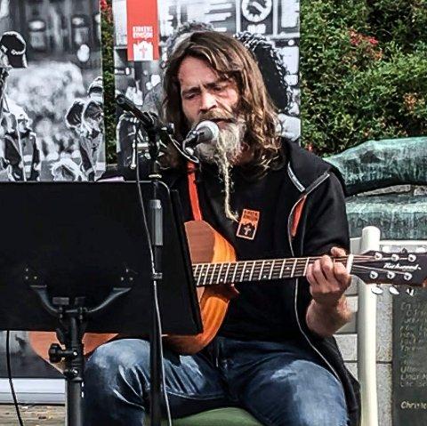 SYNGER I PARKEN: Per Ståle Heimark Pettersen er tilbake etter 15 år med mye motgang. Nå synger han igjen, og lørdag byr han opp til konsert i Kulåsparken.