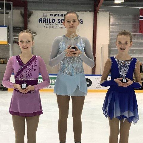 PÅ PALLEN: (Fra venstre) Emma Linnea Eriksen fra Sarpsborg Skøyteklubb tok en sterk andreplass, Arina Jaros fra Oslo Skøiteklubb vant klassen jenter Debs A, og Celine Michaelsen tok tredjeplassen.