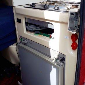 Kjøleskap, kokeplater og innlagt vann er på plass.