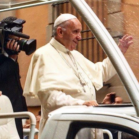 TRE METER UNNA: Tove Kolstad Skadsheim hadde aldri trodd at selveste Pave Frans skulle passere så nær.