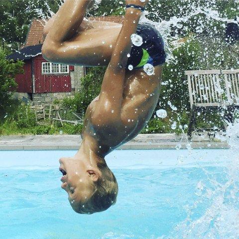 Badeglede: Med lav vanntemperatur i sjøen er det stor stas med badebasseng. Sigurd Aler (11) i det akrobatiske hjørnet.