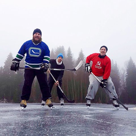 KLAR: Kjetil Johnsen (til venstre) er en av fem fra Indre Østfold Ishockeyklubb som skal spille hockeyturnering i Canada. Turneringen heter Alberta Pond Hockey og går utendørs på islagt vann. Det er første gang et lag utenfor Nord-Amerika er med i turneringen.